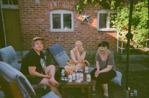 Silta16_vilma_holopainen_kuva03_kaveritjaystavyyssuhteet_ruokajajuoma